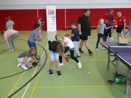 Das Tischtennis-Schnuppermobil an der Schule im Emsbachtal
