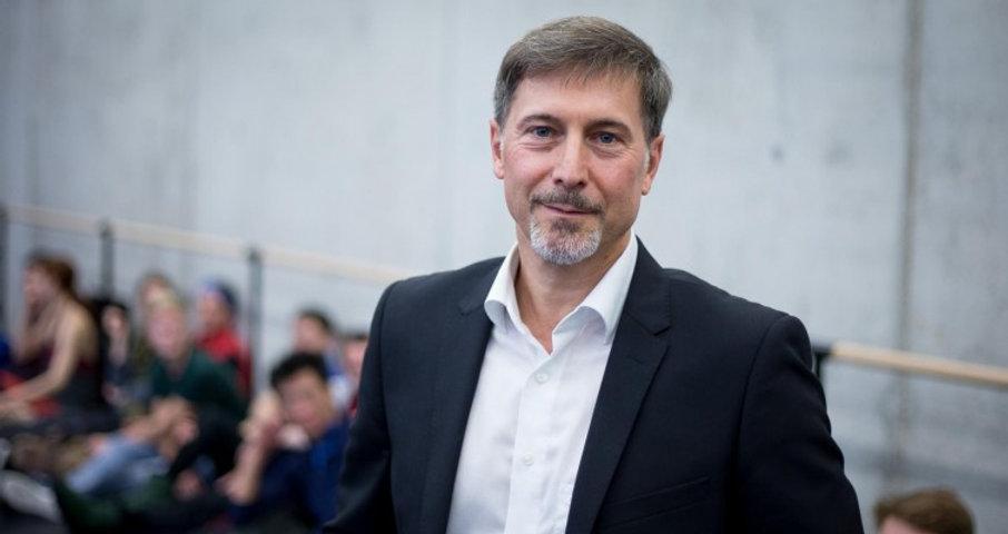 Martin Schläpfer spricht im Rahmen der Schwanensee Einstudierungen über die Zusammenarbeit mit GMD Axel Kober