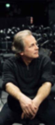 Portraitfoto von Generalmusikdirektor Axel Kober im Orchestergraben der Düsseldorfer Symphoniker