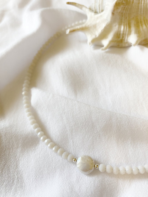 שרשרת חרוזי קריסטל לבן ומטבע פנינה