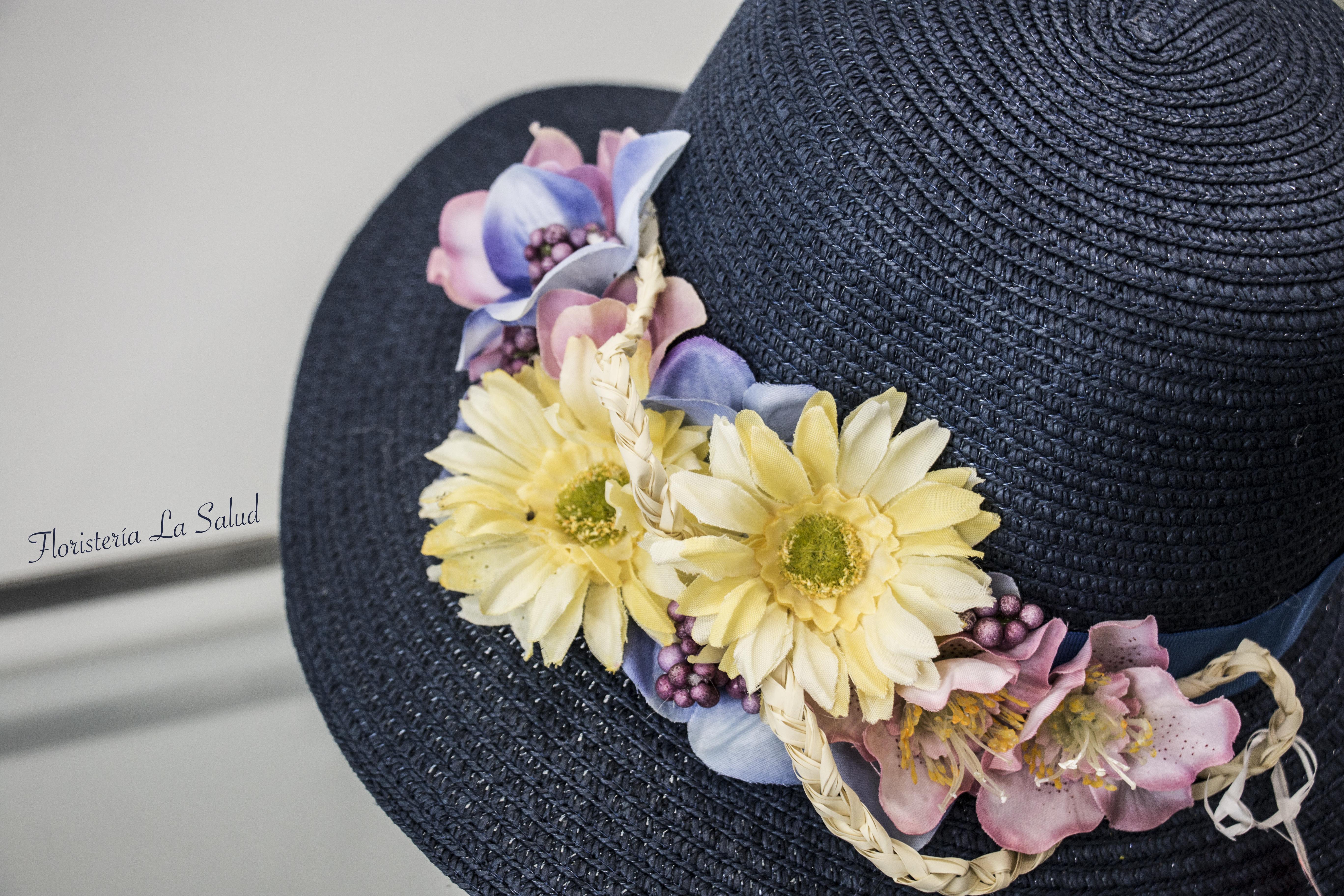 Sombrero adornado con flores