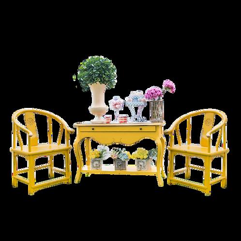 Credenza amarilla y sillas