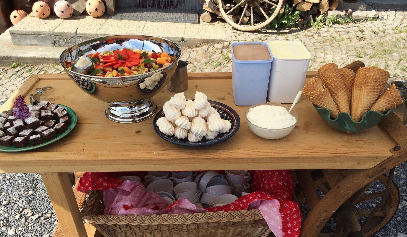 Dessertbuffet auf dem Graswagen