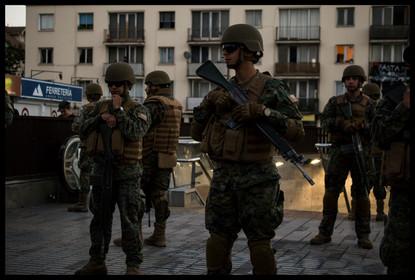 Militares afuera del metro Chile-España