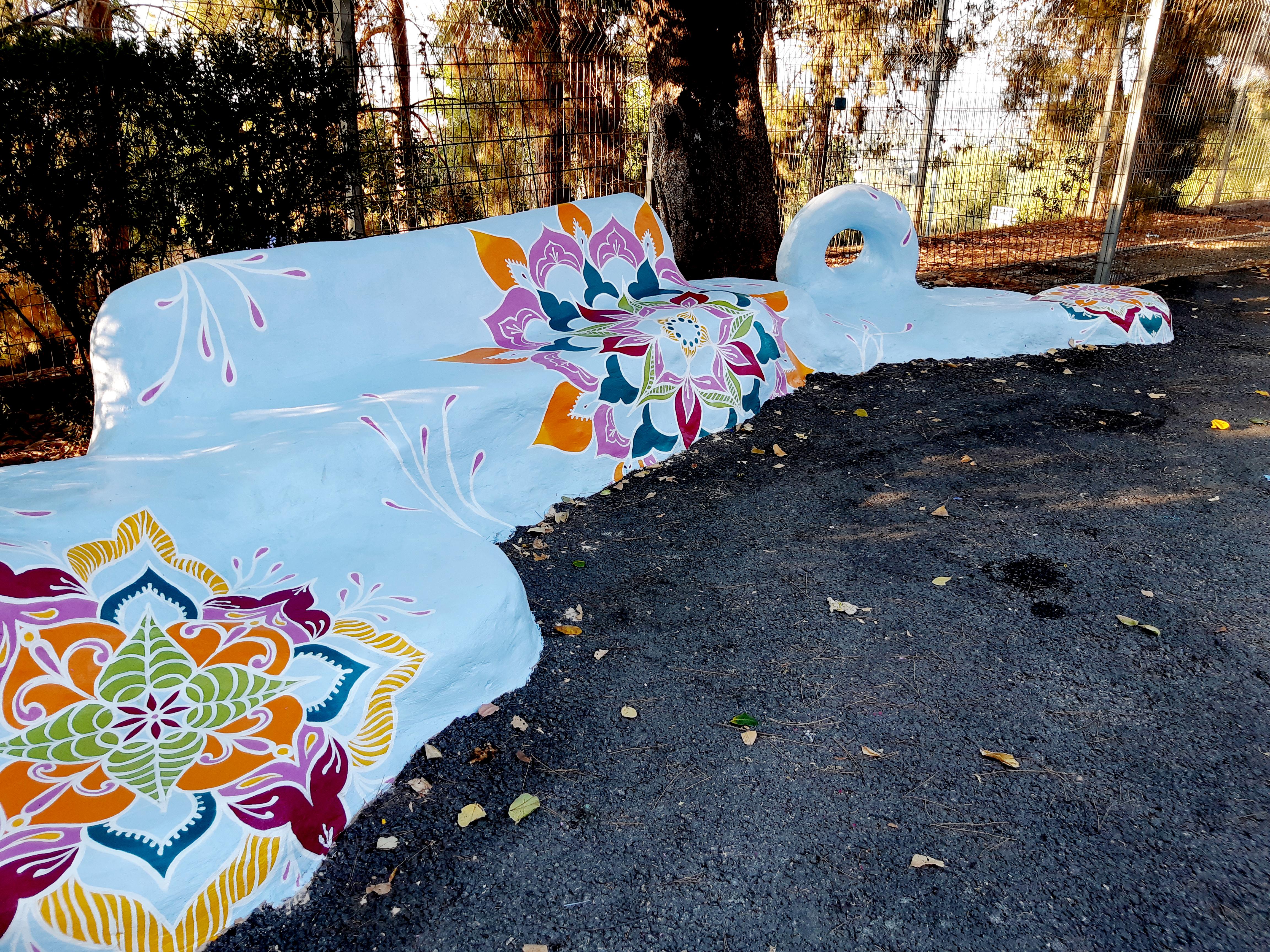 פסל סביבתי מעוטר במנדלה