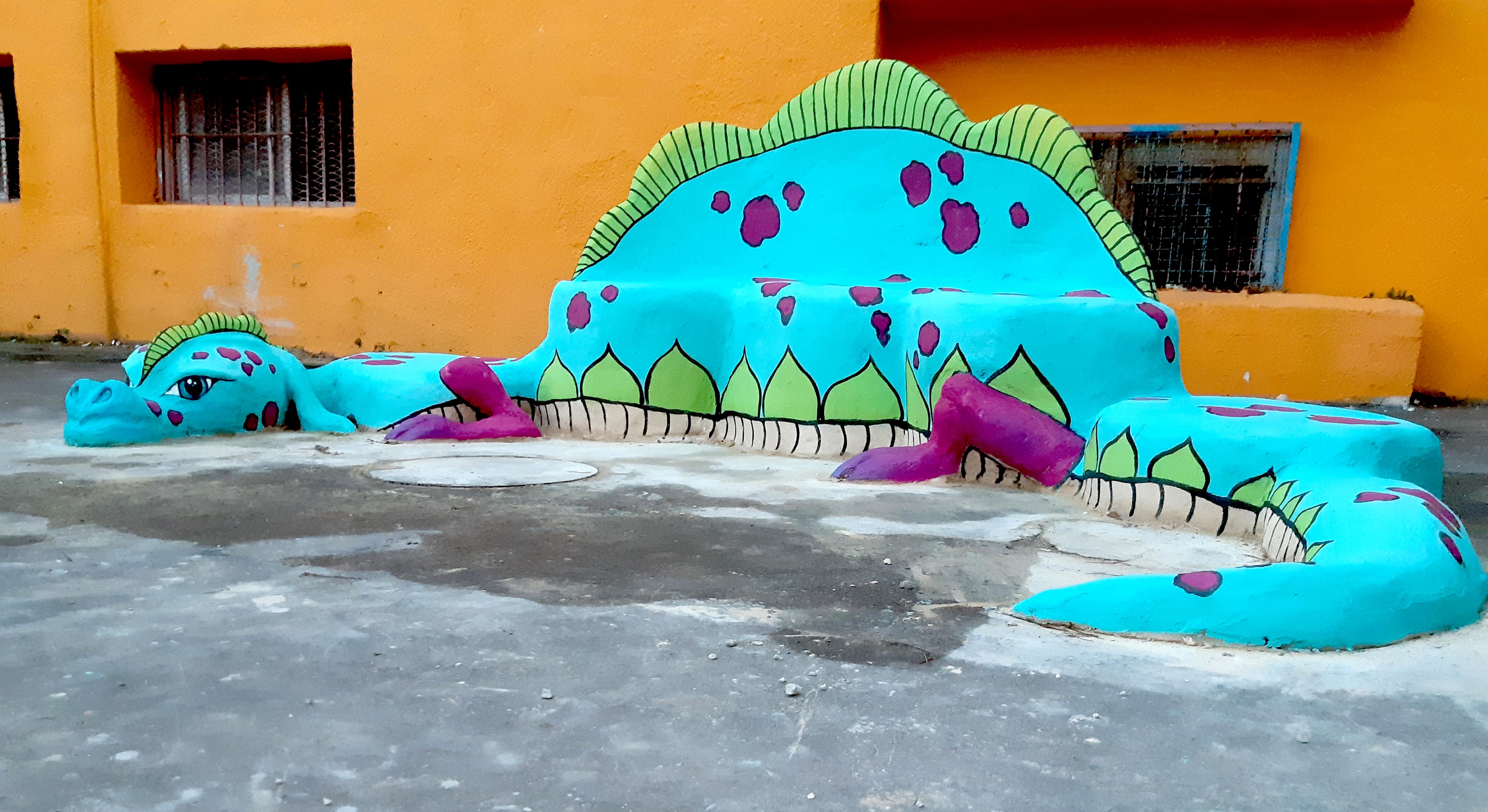 פסל סביבתי של דרקון