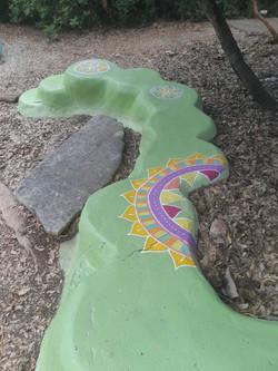 עיטורים על פסל סביבתי בכמון