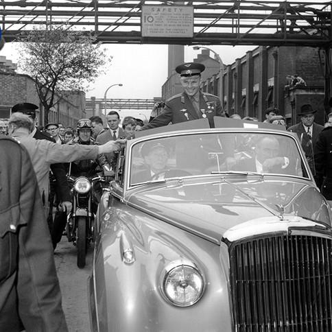 Летчик-космонавт, Герой Советского Союза Юрий Гагарин во время поездки в Великобританию в рамках международного турне. Жители города Манчестера приветствуют героя-космонавта во время его проезда в открытом автомобиле в сопровождении эскорта мотоциклистов. Фотография сделана в Лондоне в июле 1961 г. Автор:РИА Новости Yuri Gagarin, Pilot-Cosmonaut of the USSR and Hero of the Soviet Union, on a trip to Great-Britain as part of his world tour. The residents of Manchester welcome the hero-cosmonaut during his trip, who is in an open car escorted by motorcyclists.  Photo taken in London in July 1961.  Author:RIA Novosti