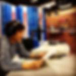 スタジオセットの中でナレーション。_モニターの画面がデカイイね!_#スタジオ#ナ