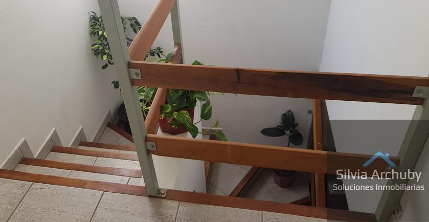 escalera_hacia_habitación_y_baño
