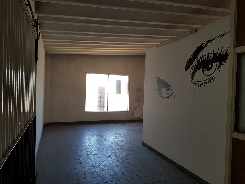salón_al_frente_con_portón_corredizo