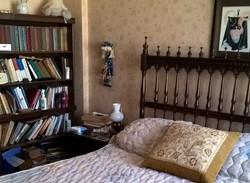un dormitorio con placard