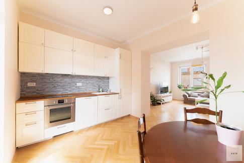 kuhinja-s-prehodom-v-dnevni-prostorjpg