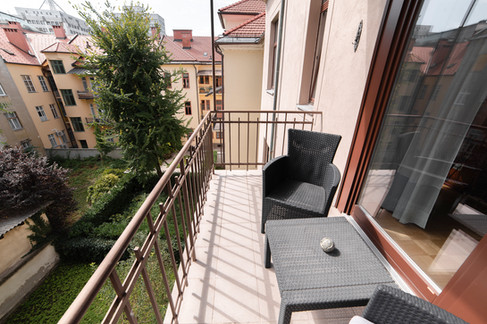 balkon-s-pogledom-na-ozelenel-atrijjpg