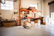 段ボール箱を持ち上げる労働者