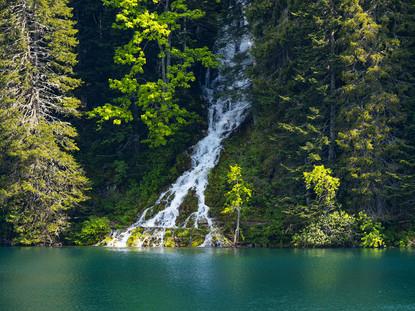 Водопады впадающие в Черное озеро