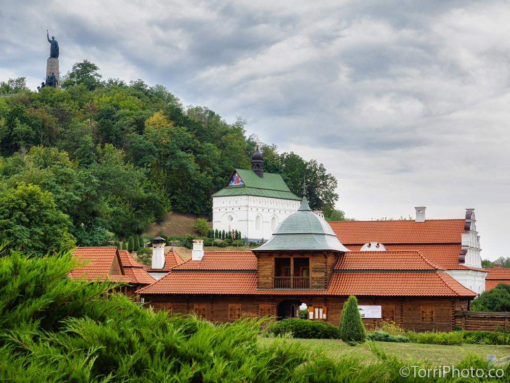 Общий вид на резиденцию Хмельницкого, Петропавловскую церковь и памятник Хмельницкому на Замковой горе, Чигирин