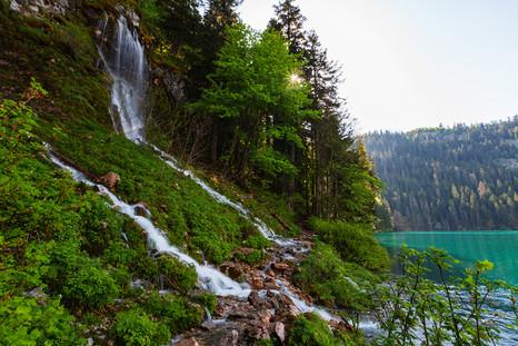 Ледниковые водопады впадающие в Черное озеро