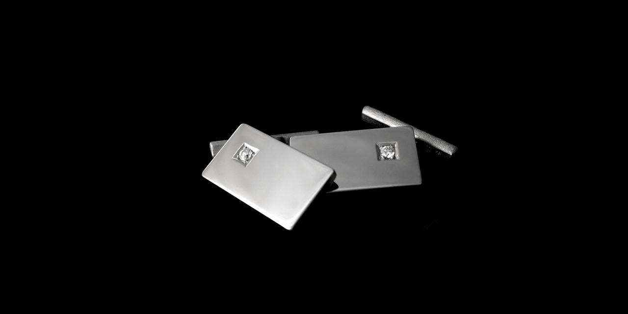 Titaaniset kalvosinnapit timantilla