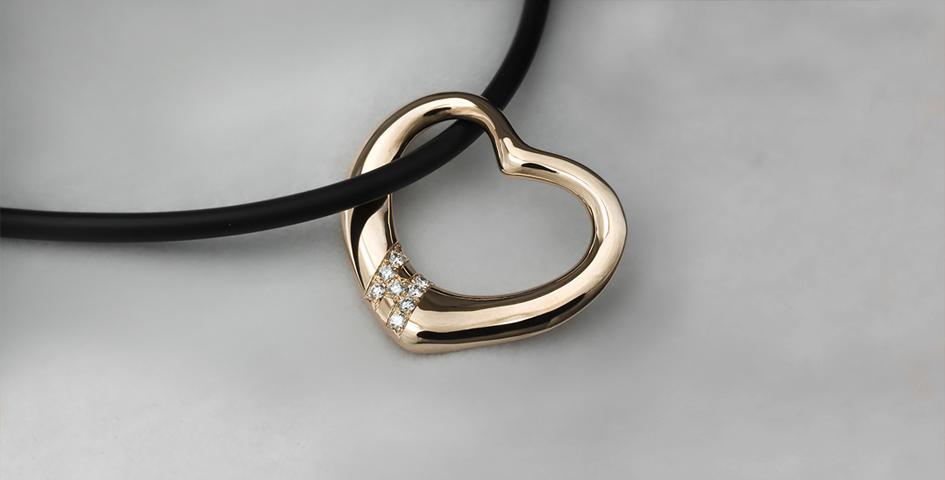Kultainen sydänriipus timanteilla