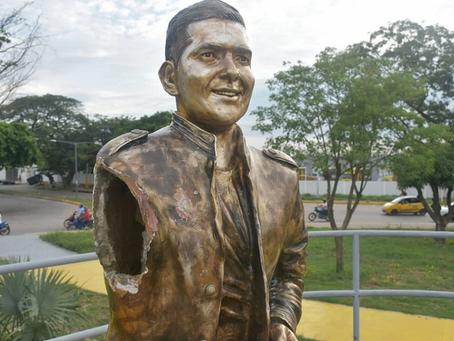 Destruyen estatua de Peter Manjarrés en medio de protestas en Valledupar