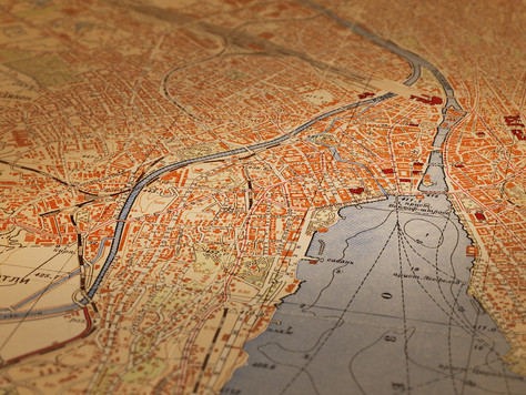 Lage, Lage, Lage: Kartografische und luftbildbezogene Zeitreisen im Zeitraffer
