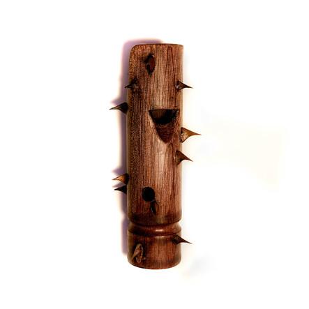 S título (2019) Apito de madeira e espinho de rosa 10x6cm