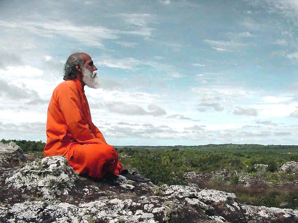 Terre d'Eveil s'assied doucement le regard serein, la posture calme et tranquille.