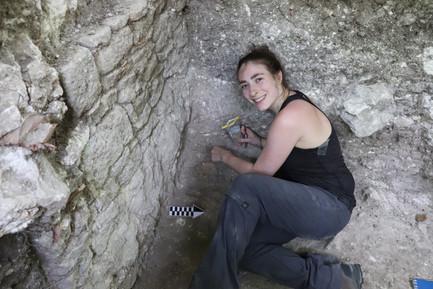 Excavación del entierro infantil (Entierro 21-1) en la base de la Estructura 103-2