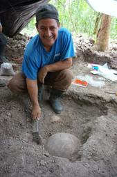 Excavaciones de un cuenco Garbutt Creek Rojo invertido sobre los entierros 4-1A y 4-1B