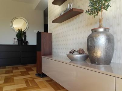 Obývací pokoj s velkymi reproduktory
