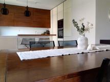 Jídlení stůl s kuchyňskou linkou
