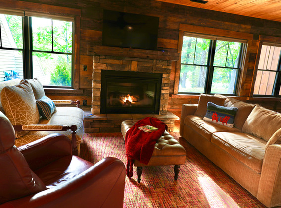 Living Room with Gas Fireplace, pull out Sofa