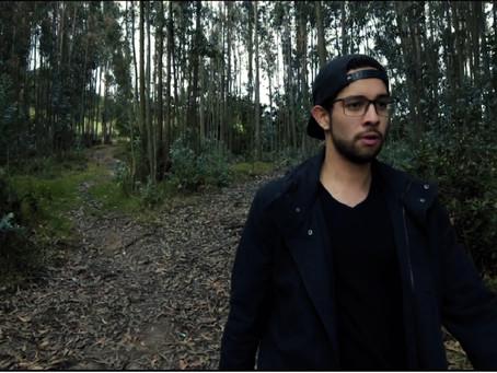 Épico le rinde un homenaje a sus inicios en su nuevo videoclip 'Diecisiempre'.