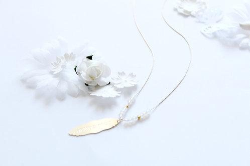 שרשרת חג לבן , ציפוי זהב , עם חרוזי קריסטל לבנים