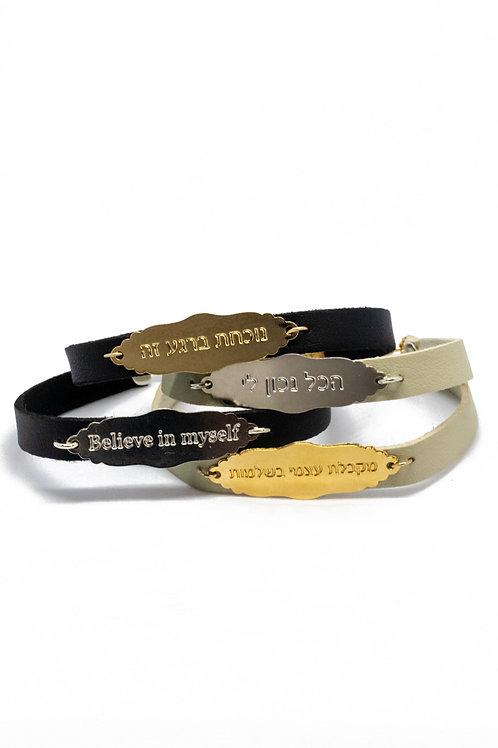דוגמא ל4 צמידים דמוי עור עם פלטה בצורה משוננת כפתק בגוון זהב וכסף