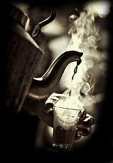 パパイヤ葉茶を飲む様子