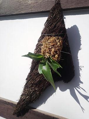 コウモリラン・ヘゴ板付け No3  こんな本場のへゴ板なんて手に入らない・超限定品。どれも全て形が違うヘゴ板。自然の形をそのままコウモリランにヘゴ板付けしています。 一般的なコウモリランのヘゴ板付けに飽きた方はワンランク上のヘゴ板付けをしてみてください。 水槽の中で植物を育てるアクアテラリウムやテラリウムに利用したら誰もが目をひくだろう。 ※限定生産のため同じものは手に入りません。  ※写真現品 ※高さ40㎝ほど ※へゴ板裏にはフックが付いていて壁掛け用 1株 4500円 売り切れ