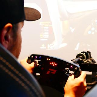 Pilote em um simulador de corrida 5.jpg
