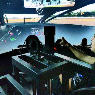 Pilote em um simulador de corrida 4.jpg