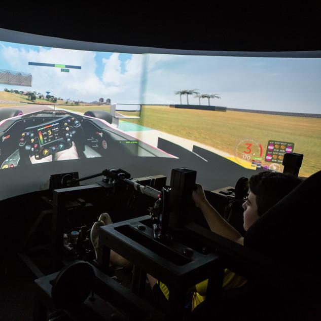 Pilote em um simulador de corrida 1.jpg
