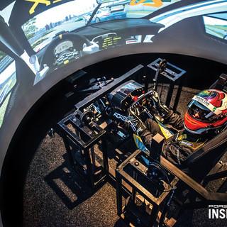 Pilote em um simulador de corrida 3.jpg