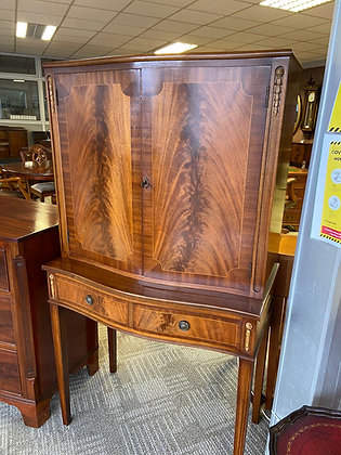 Walnut Display Drinks Cabinet on ornate legs with mirror back & 2 glass shelves
