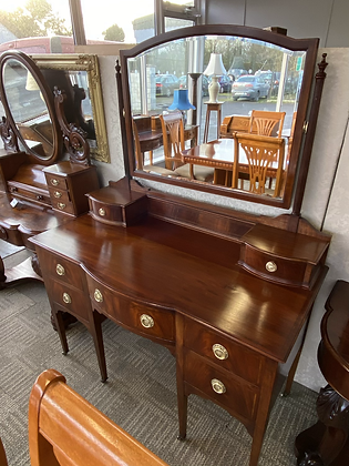 An Edwardian mahogany bow fronted dressing table
