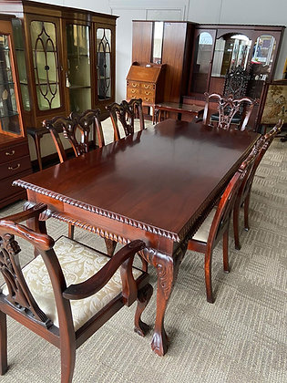 Georgian style mahogany dining room table and 6 chairs.