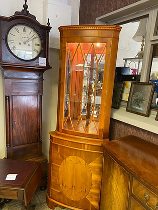 Yew corner unit with 2 glass shelves