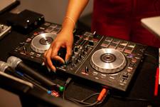 DJ-Josie-Rock-DJ-Controller-Pioneer-SB2-