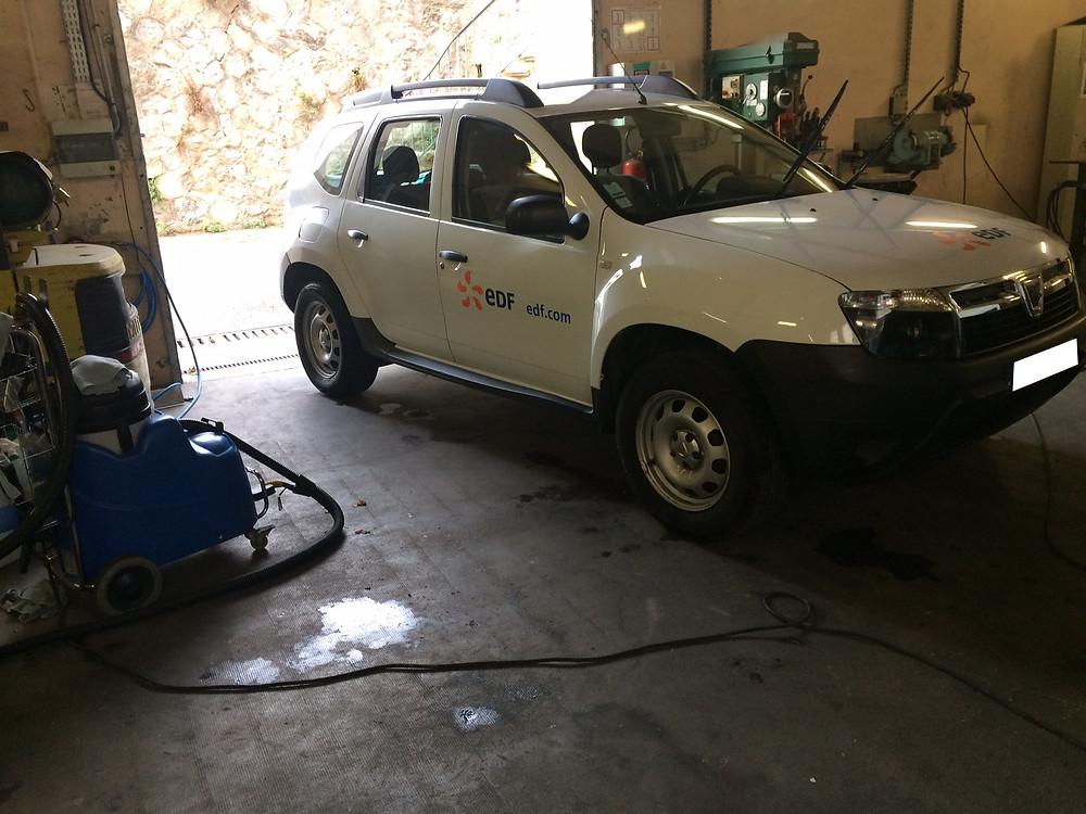 Nettoyage véhicule EDF à la vapeur, sur site.