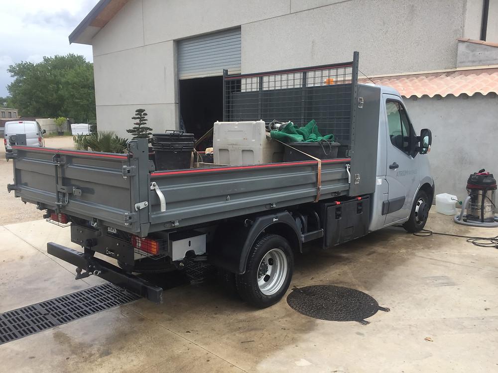 Nettoyage camion plateau sur site, en entreprise.