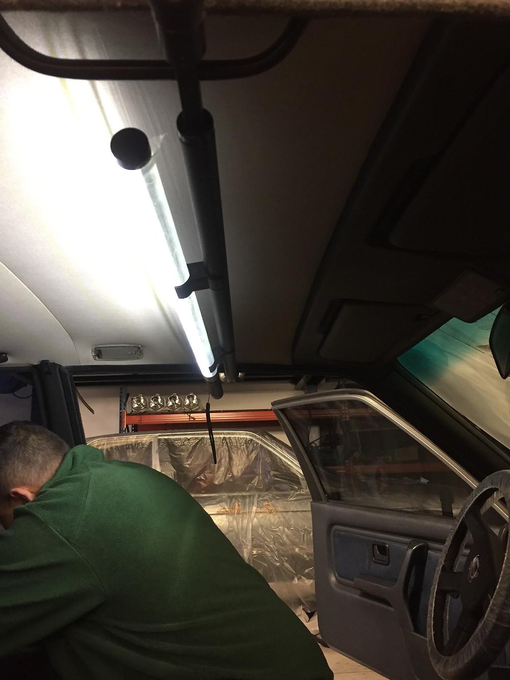 Rampe installée sur le plafonnier d'un véhicule